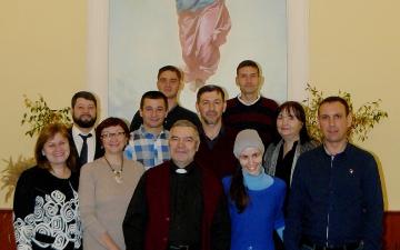 Группа студентов с преподавателем у Алтаря